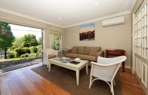 victoria-cottage-berry-accommodation-lounge